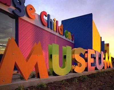 آرم موزه کودکان DuPage در نمای ساختمان