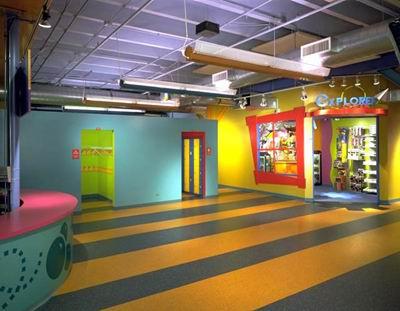 فضای رنگارنگ ورودی موزه